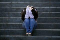Przygnębiona studencka kobieta lub znęcać się nastolatek dziewczyna siedzi outdoors na ulicznej schody ofiarze znęcać się straszą obrazy royalty free