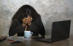 Przygnębionego czarnego afrykanina bizneswomanu Amerykański płakać smutny przy biurowego komputeru biurka uczuciem niespokojnym i obraz royalty free