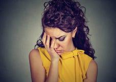 Przygnębionej smutnej kobiety oparta głowa na ręce Obrazy Stock