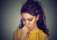 Przygnębionej smutnej kobiety oparta głowa na ręce Fotografia Royalty Free