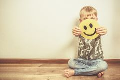 Przygnębiony chłopiec mienia uśmiech, udaje być świetny Twarz depresja fotografia stock