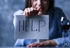 Przygnębiony kobiety mienia papier z słowa pomoc zbliżeniem obraz stock