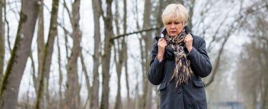 Przygnębiony lub smutny kobiety odprowadzenie w zimie fotografia royalty free