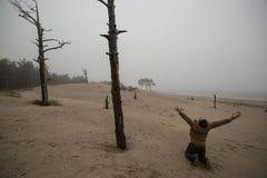 Przygnębiony mężczyzna n na podołek Podnosić rękach Up Przeciw tłu Nieżywi drzewa obraz stock