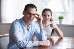 Przygnębiony mężczyzna obraca z powrotem ignorować gniewnej krzyczącej kobiety obrazy royalty free