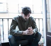 Przygnębiony mężczyzna przyglądający out okno w zdrowia psychicznego pojęciu w domu zdjęcia royalty free