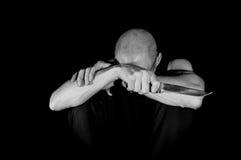 Przygnębiony mężczyzna z nożowymi i samobójczymi myślami fotografia royalty free