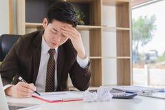 Przygnębiony młody męski księgowy pracuje z raportowym dokumentem zdjęcia stock