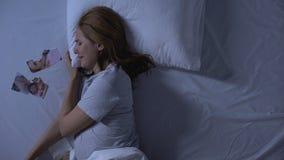 Przygnębiony płacze w łóżku, patrzeje poszarpaną fotografię, rozpadu rozwód zdjęcie wideo