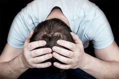 Przygnębiony płaczu mężczyzna fotografia royalty free