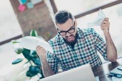 Przygnębiony sfrustowany szalony freelancer ubierał w w kratkę koszula zdjęcia royalty free