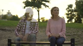 Przygnębiony starej kobiety obsiadanie na ławce, mąż pojawiać się beside, strata, wspominki zbiory wideo