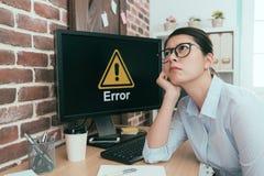 Przygnębiony urzędnik damy obsiadanie przed błędu komputerem obrazy stock