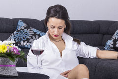 Przygnębiona kobieta z alkoholem Zdjęcie Stock
