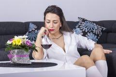Przygnębiona kobieta z alkoholem Zdjęcia Royalty Free