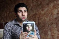 Przygnębiony arabski egipski biznesmen bierze selfie Fotografia Royalty Free