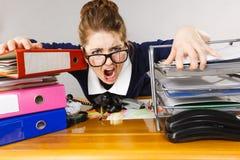 Przygnębiony bizneswomanu obsiadanie przy biurkiem Zdjęcie Stock