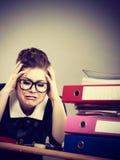 Przygnębiony bizneswomanu obsiadanie przy biurkiem Zdjęcie Royalty Free