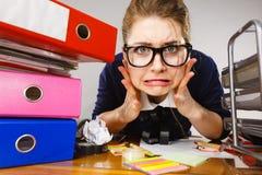 Przygnębiony bizneswomanu obsiadanie przy biurkiem Fotografia Royalty Free
