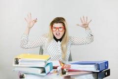 Przygnębiony gniewny bizneswomanu obsiadanie przy biurkiem Obraz Stock