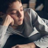 Przygnębiony nastolatek w domu Zdjęcie Stock