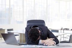 Przygnębiony pracownika dosypianie na stole Obrazy Stock