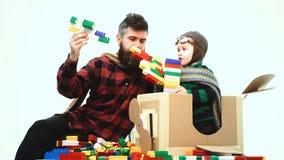 Przygoda życie Chłopiec bawić się z zabawkarskim samolotem w lotnisku Śliczna małe dziecko chłopiec przy lotniskiem szczęśliwego  zdjęcie wideo