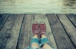 Przygoda czas dla ludzi Obozować i przygody tło Dziecko przygody pojęcie Czerwoni sneakers na campingu zdjęcie royalty free