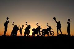 przygoda, wycieczka i szczęście motocykliści, zdjęcia royalty free