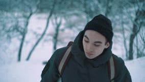 Przygoda wycieczkowicza odprowadzenie na śniegu zakrywał drogę przemian w lesie na zima dniu zdjęcie wideo