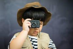 Przygody chłopiec przygotowywa kamerę i obuocznego fotografia stock