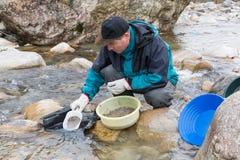 Przygody na rzece Nowożytny aluwialny złocisty prospector zdjęcia stock