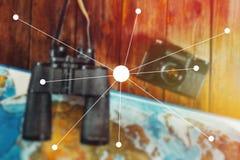 Przygody podróży podróży harcerza podróży pojęcie Rocznik Ekranowa kamera, mapa I lornetki Na Drewnianym stole, mieszkania Lay pu zdjęcie royalty free