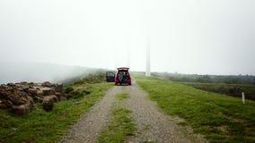 Przygody wycieczka w górach w gęstym gęstości mgły czasie z przyjaciółmi zbiory wideo