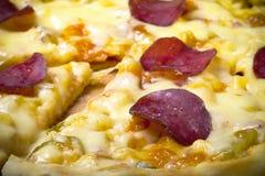 Przygotowana pizza z wytopionym serem Selekcyjna ostrość stonowany Fotografia Royalty Free