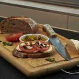 Przygotowani śródziemnomorscy składniki dla bruschetta z nieociosanym tłem obrazy royalty free