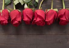 Przygotowania czerwone róże kwitnie na drewnianym tle Obraz Stock
