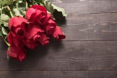 Przygotowania czerwonych róż kwiat jest na drewnianym tle Obraz Royalty Free