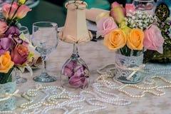 Przygotowania dla romantycznych gości restauracji zdjęcia stock