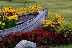 Przygotowania kwiaty i drewniana łódź Obrazy Stock