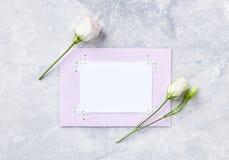 Przygotowania kwiaty i papierowe karty na szarym tle Fotografia Stock