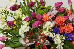Przygotowania kwiaty od róż, orchidei i tulipanów, Zdjęcia Royalty Free