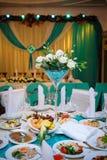 Przygotowania kwiaty przy ślubu stołem Zdjęcia Royalty Free
