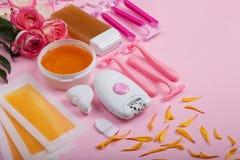 Przygotowania na różowym tle wosk, wosków faborki, wosku rolownik, epilatorupulator i żyletka, Obraz Royalty Free
