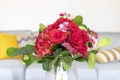Przygotowania róże i czerwień goździki obraz royalty free