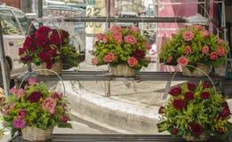 Przygotowania róże w koszu umieszczającym w rynku kramu obrazy royalty free