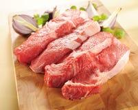 przygotowania wołowiny deska target983_1_ surowych stki Obrazy Stock