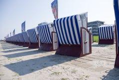 Przygotowania zadaszający łozinowi plażowi krzesła Obrazy Royalty Free