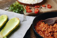 Przygotowania zucchini połówki faszerowali z mięsem i warzywem pojęcia zdrowe jedzenie Składniki dla faszerującego zucchini z mię obrazy stock