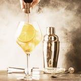 Przygotowanie Aperol spritz koktajl, barman nalewa gorzkiego od osadzarki, lato W?oskiego alkoholu zimny nap?j, czer? baru kontua fotografia royalty free